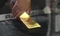Clip du khách Nhật lấy được thỏi vàng 12,5kg trong lồng kính