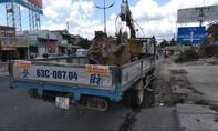 Nhiều người thoát chết khi xe cẩu kéo gãy trụ điện trên đường