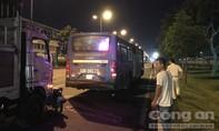 Xe tải húc xe máy cùng tài xế Grabbike dính vào đuôi xe buýt