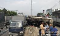 Sụp ổ gà, xe tải lật văng trúng xe khách ở Sài Gòn