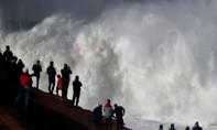 Clip nhân viên cứu hộ giúp lướt sóng thoát chết ngoạn mục