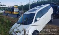 Nữ tài xế đứng cãi nhau, để ô tô trôi tự do cắm đầu xuống ven đường