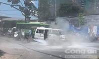 Xe cứu thương bốc cháy ở TP.HCM, nhiều người hú vía