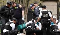 Clip mật vụ Mỹ khiêng người đàn ông tự thiêu gần Nhà Trắng