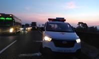 Xe đầu kéo tông văng xe cứu thương đang chở bệnh nhân trên cao tốc