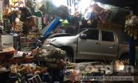 Người nước ngoài lái ô tô lao vào tiệm tạp hoá, 3 người trọng thương