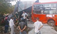 Xe khách đang leo dốc, bị trôi lùi tông sập nhà dân