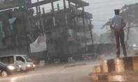 Clip CSGT Ấn Độ điều tiết giao thông giữa trời mưa lớn