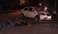 Xe máy vỡ vụn sau cú tông cực mạnh vào taxi