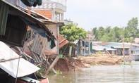 Sạt lở trong đêm khiến cột điện chìm xuống sông, mất điện diện rộng