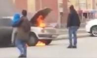 Clip người mẹ mạo hiểm cứu con trai khi ô tô phát nổ