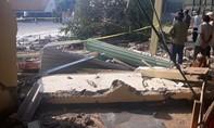 Xe đầu kéo đâm xe tải rồi tông sập nhà dân, 3 người thương vong