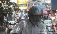 Chen chúc trên đường đi nghỉ lễ trong nắng nóng khủng khiếp và khói bụi