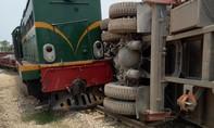 Tàu hỏa tông văng ô tô, đường sắt tê liệt ngày lễ
