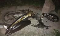 Xe máy gãy rời sau đối đầu xe 7 chỗ, một người tử vong