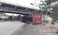 Thùng container văng khỏi xe đầu kéo, người dân hoảng hồn