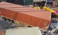 """Xe container """"càn"""" 3 nhà dân ở Sài Gòn, nhiều người thoát chết"""