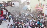 Clip hàng ngàn người dùng phân bò ném nhau trong lễ hội