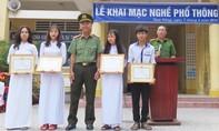 Trao giấy khen cho 4 học sinh không tham của rơi