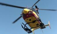 Clip trực thăng cứu hộ vướng dây điện, hai người 'đu cáp' văng xuống biển