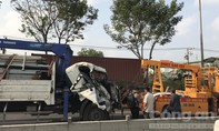 Xe tải cẩu biến dạng, dính chặt vào đuôi container ở Sài Gòn
