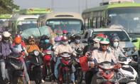 """Người dân """"rồng rắn"""" trở về Sài Gòn, giao thông ùn tắc"""