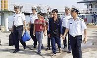 Cứu 6 ngư dân gặp nạn trên vùng biển đảo Đá Tây - Trường Sa