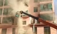 Clip tài xế lái xe cần cẩu cứu 14 người khỏi tòa nhà đang bốc cháy