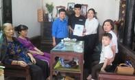 BHXH Việt Nam tặng bảo hiểm cho hai con nữ công nhân tử nạn
