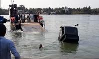 Xe tải đang chờ phà, lao xuống sông chìm nghỉm, tài xế suýt chết