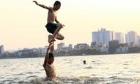 Người già - trẻ nhỏ ở Hà Nội ra hồ Tây trốn nắng nóng kỷ lục