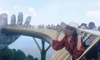 Bất chấp nguy hiểm nhoài người chụp hình trên cầu Vàng