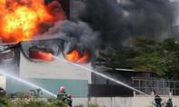 Cháy khủng khiếp tại công ty sản xuất băng keo ở KCN Việt Hương