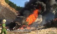 Xe container đang đậu, bất ngờ bốc cháy ngùn ngụt