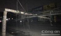 Hàng loạt cột điện bị kéo đổ ra đường ở Sài Gòn, mất điện diện rộng