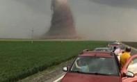 Clip lốc xoáy khổng lồ hất tung xe buýt chở 39 người