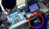 Clip tên cướp 'xui xẻo' dọa người bán hàng có... súng