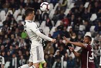 Ronaldo ghi bàn gỡ hòa, vượt mặt Messi