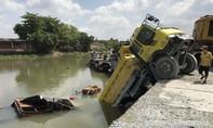 Xe ben rơi xuống sông đè chìm ghe, 2 vợ chồng thoát chết