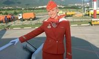 Nữ tiếp viên nắm cổ áo lôi từng hành khách ra khỏi máy bay bị cháy ở Nga