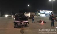 Ô tô hất văng xe máy, 3 thanh niên nhập viện