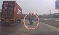 Clip xe container lật nghiêng suýt đè bẹp người đi xe máy