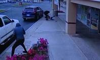 Clip một phụ nữ gốc Việt bị tên cướp lái ôtô kéo lê tử vong