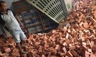 Xe tải chở gạch lao vào tiệm tạp hóa, nhiều người tháo chạy