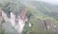 Clip hàng trăm người phải sơ tán khi một ngọn núi bất ngờ sụp đổ
