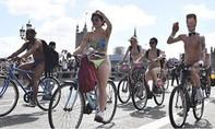 Hơn 3.000 người Anh khỏa thân đạp xe ủng hộ môi trường