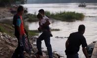 Bé gái 6 tuổi tử vong vì sốc nhiệt khi vượt biên vào Mỹ