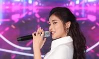 Hoàng Yến Chibi đẹp rạng rỡ trong sự kiện âm nhạc