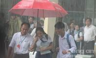 Mưa lớn ngập nặng tại điểm thi, thí sinh và phụ huynh bì bõm trong nước