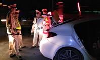 Gặp CSGT tài xế bỗng bỏ lại ô tô, chạy trốn trong bóng đêm